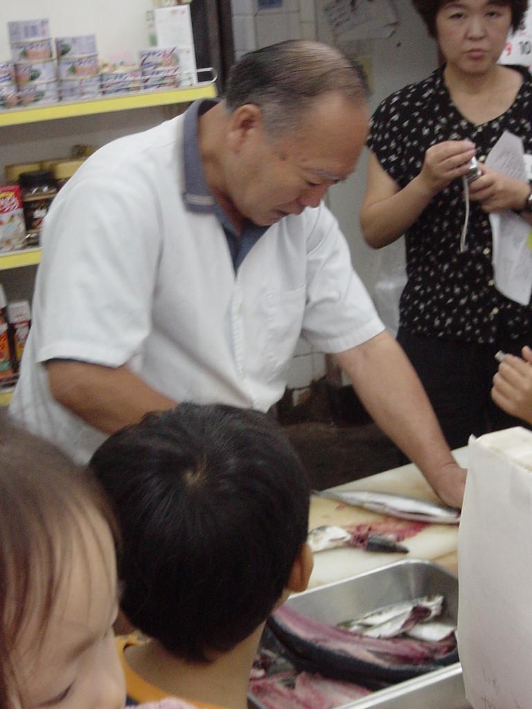 味の店川上屋 新鮮なお魚をさっと開いて自家製干物に。