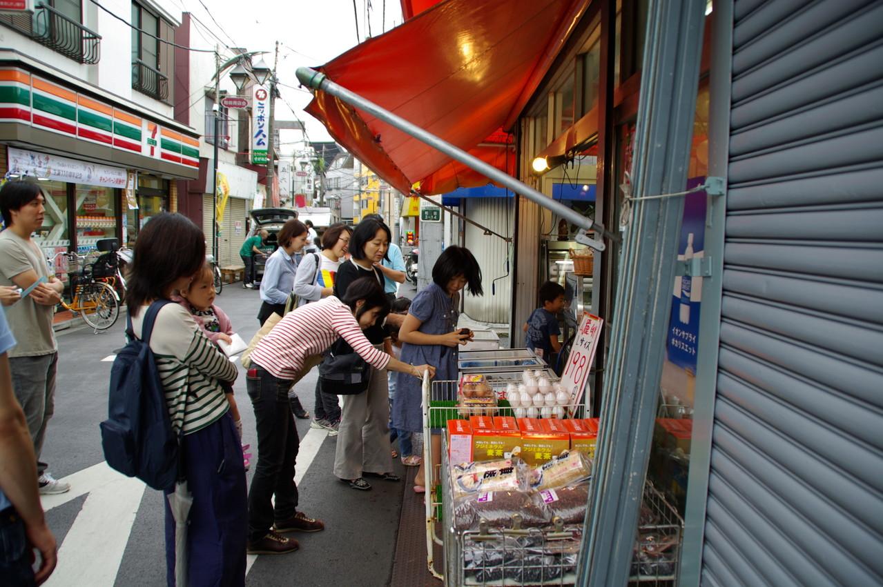 味の店川上屋 入り口からさっそく足が止まるのは、なぜ?