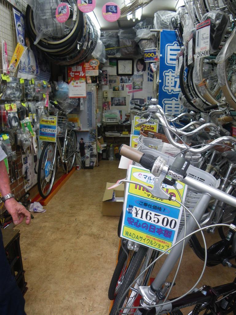 WADAサイクル 自転車もピカピカだけれどお店の床もとてもきれいにお掃除されている。きっとお仕事も細やかなんだろうな。