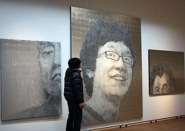 左から「悲しむ男」「翻弄される男」「笑う男」 麻紙、アルミ箔、鉛筆、一円硬貨