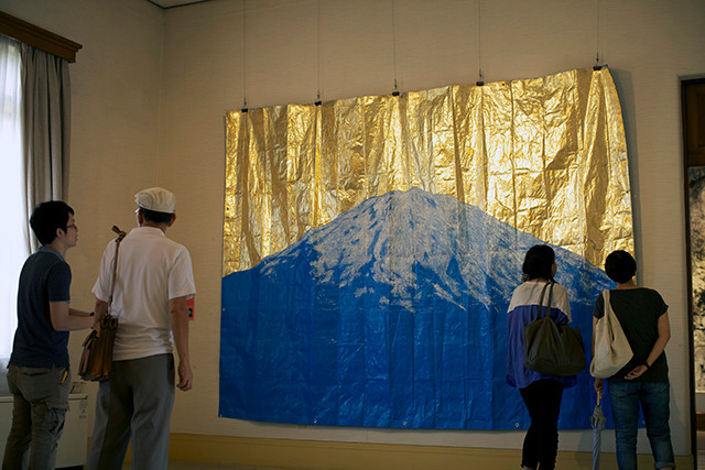 「blue mountain」 245.0×355.0cm ブルーシート、金箔、アクリル絵具