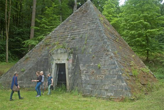 Ein Grabmal in Form einer Pyramide im Schlosspark, für eine auf Ägyptenreise verstorbene junge Adlige.