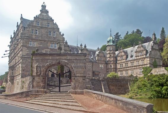 Le château – vue de sa porte encore fermée.