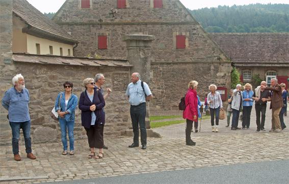"""Au lieu d'une photo de groupe """"officielle"""": Le groupe franco-allemande immédiatement avant d'arriver au château."""
