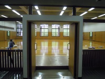 入口。剣道場で練習していますね。