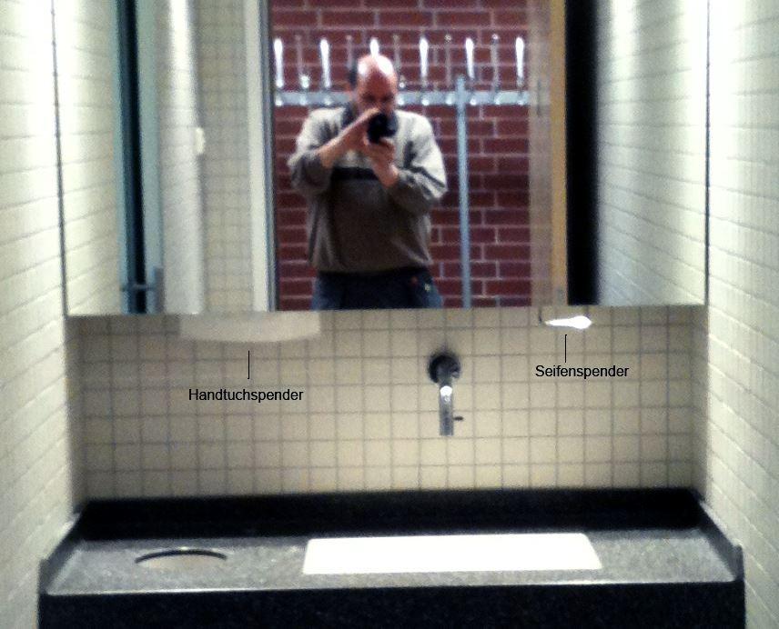 Vorgesetzte Spiegel mit von unten befüllbaren Seifen und Papierhandtuchspendern.