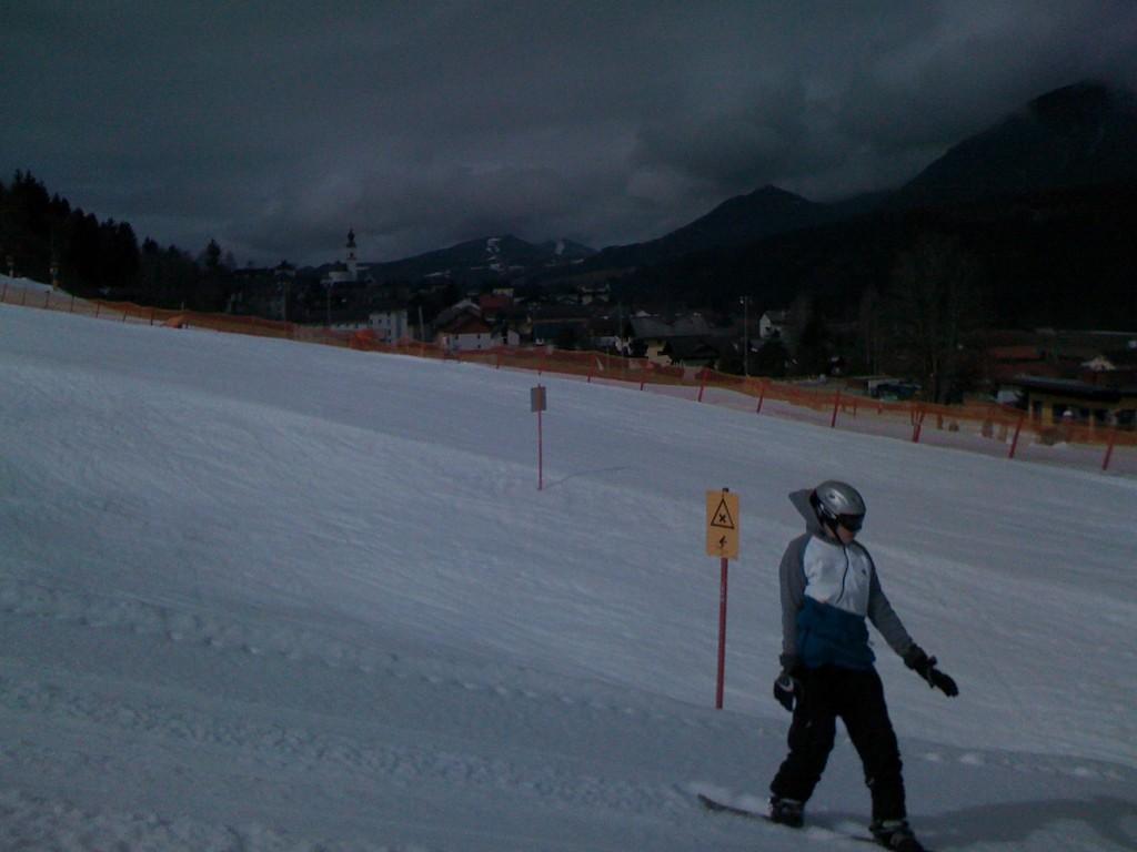 Snowboarder versuchen sich an Sprüngen