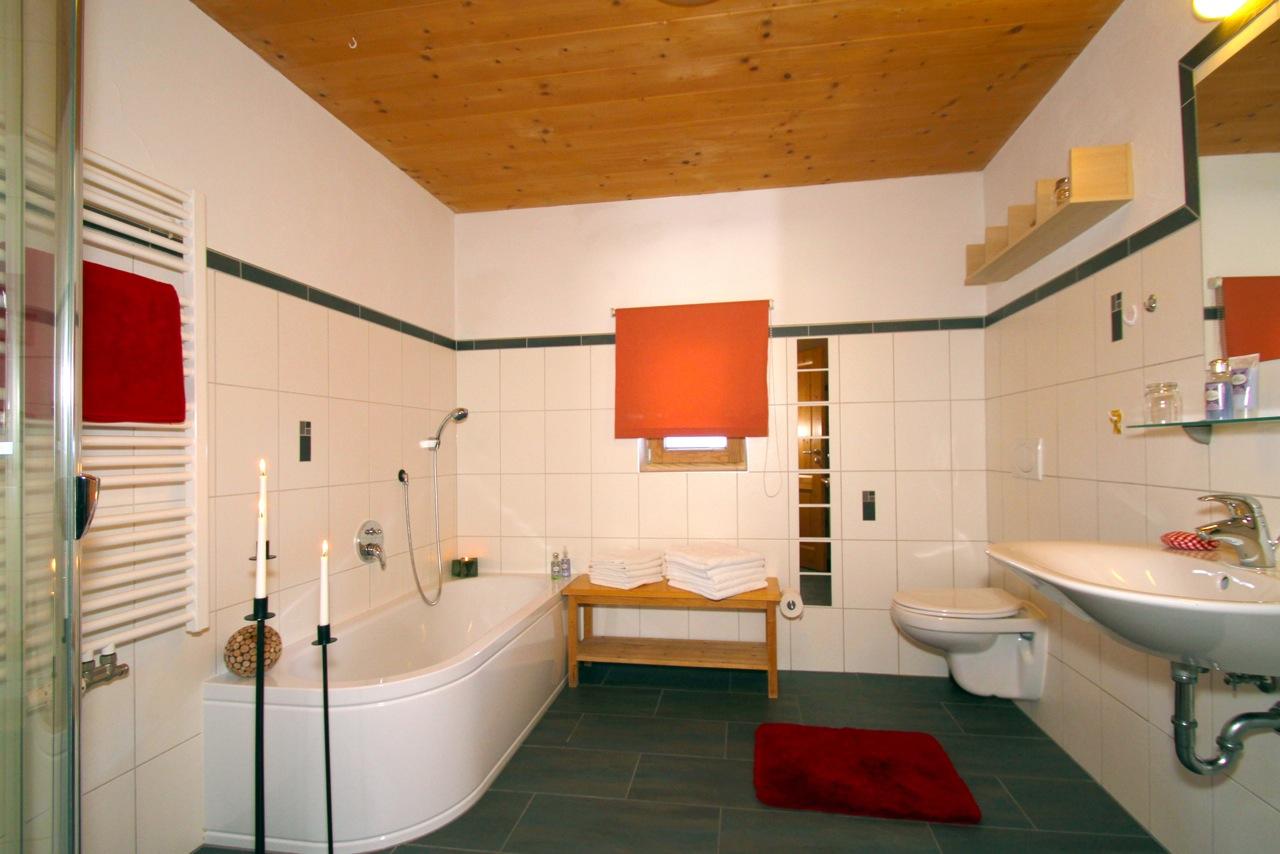 Ferienwohnung Wiesengrund in Riezlern, Kleinwalsertal, Vergissmeinnicht, großes Bad