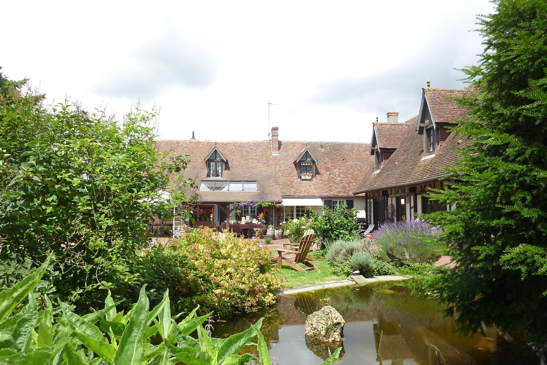La maison Haras le Vieux Clos vue du jardin