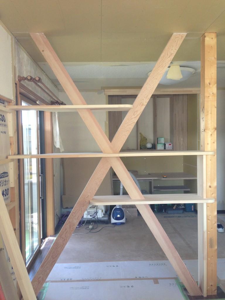取り払った壁でも筋交いが残るので表しにし、お客様の要望でディスプレイの棚を設けました