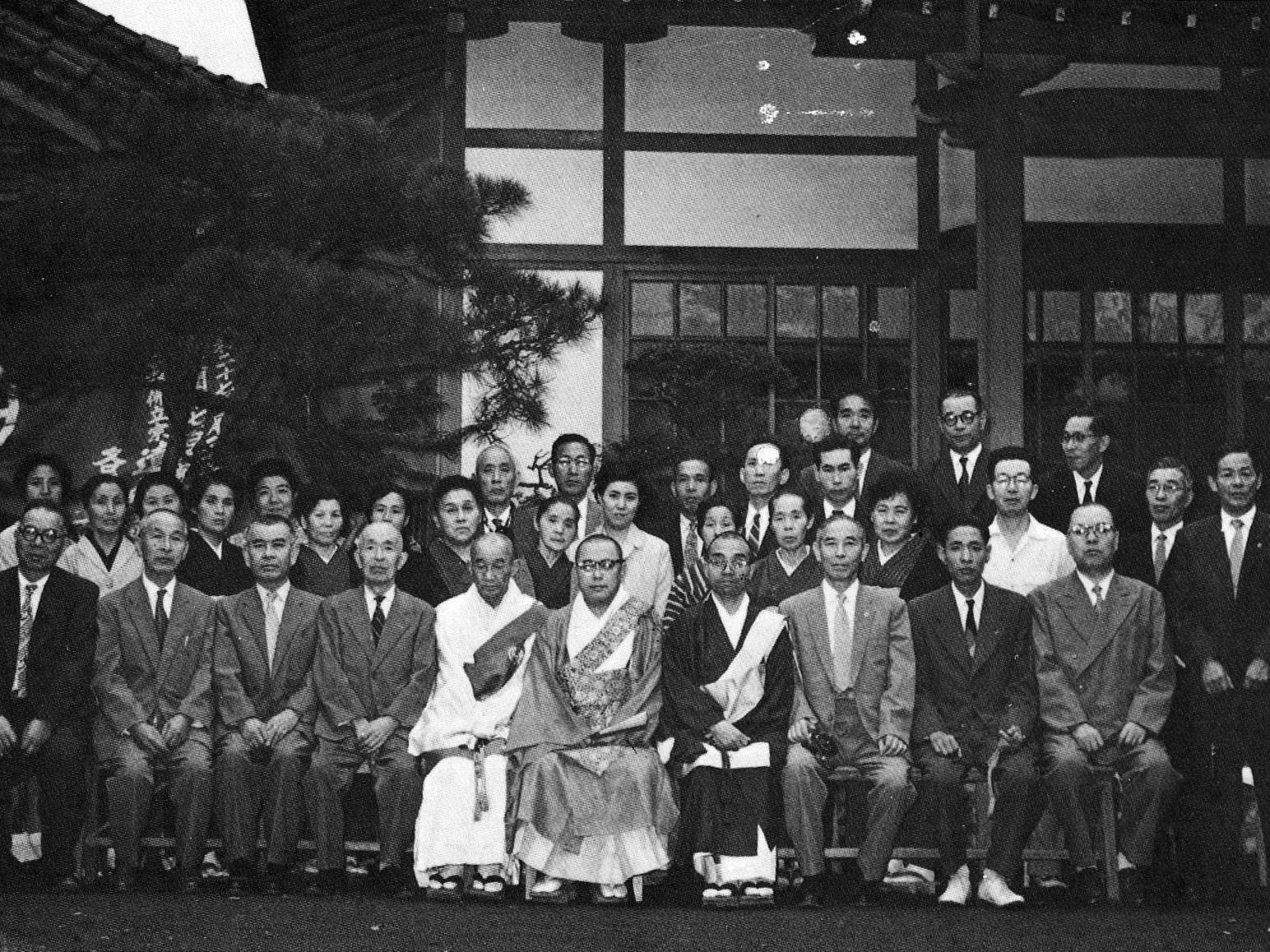 昭和31年には戦前の本堂同様に美しく古風な落ち着いた作りの本堂が完成しました。