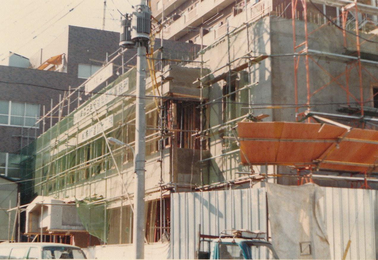 昭和56年には高祖日蓮大菩薩七百回御遠諱報恩記念事業として、 鉄筋コンクリート造りによる新遠妙寺が新築竣工し、 教勢も戦前を上回る規模となりました。