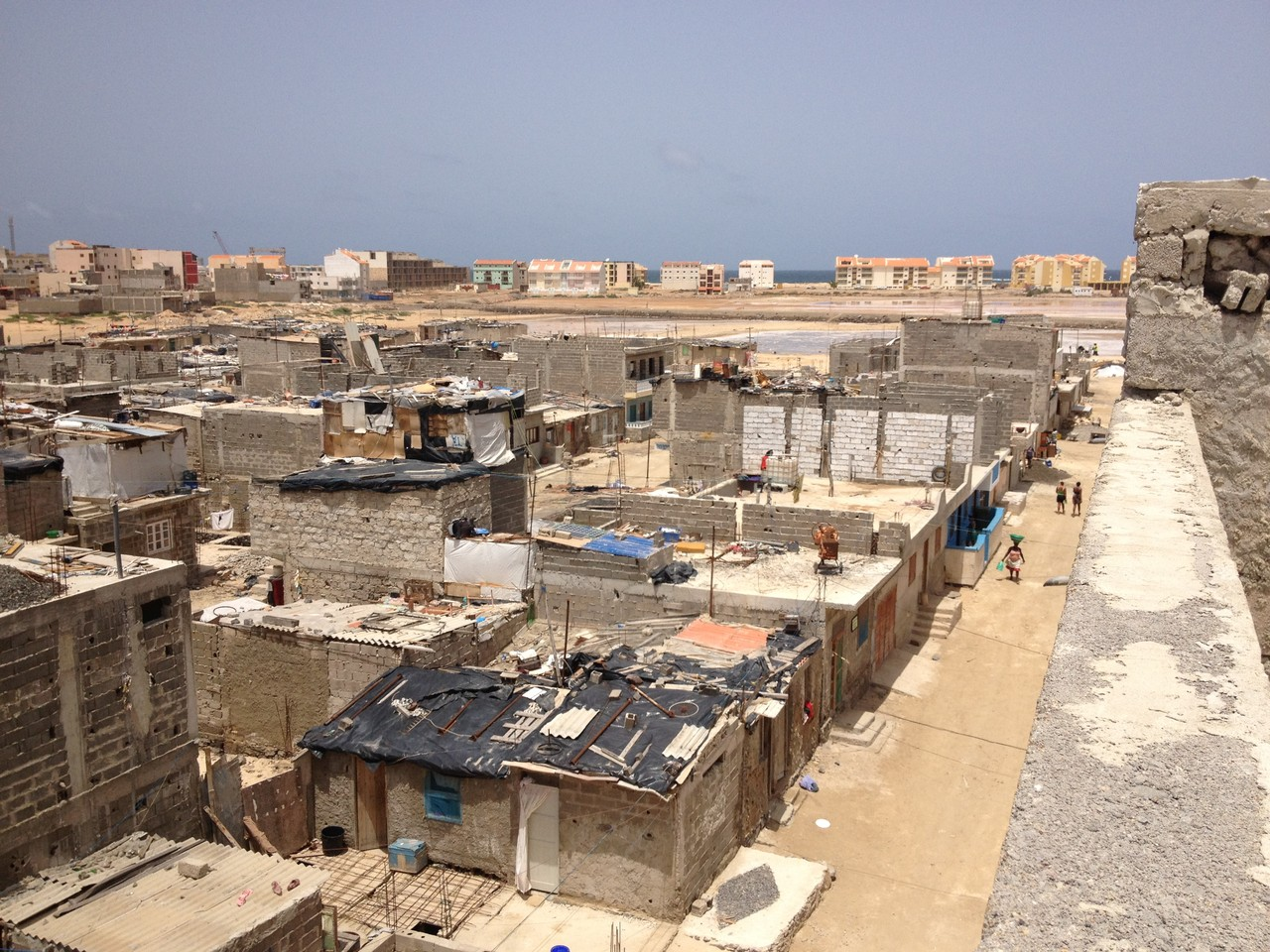 Das Barracaviertel von oben - weiter hinten Apartmentanlagen des Cabralstrands
