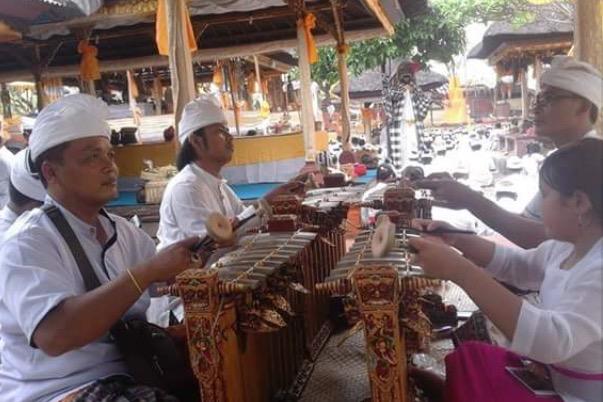 人々が参拝している間、グンデル・ワヤンの音色が境内に響く