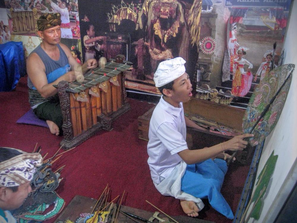 ブダ氏の兄、ジュアンダ氏(写真:左)はダラン(人形遣い)として後進の指導にあたっている。兄弟でバリの芸能の継承に熱い
