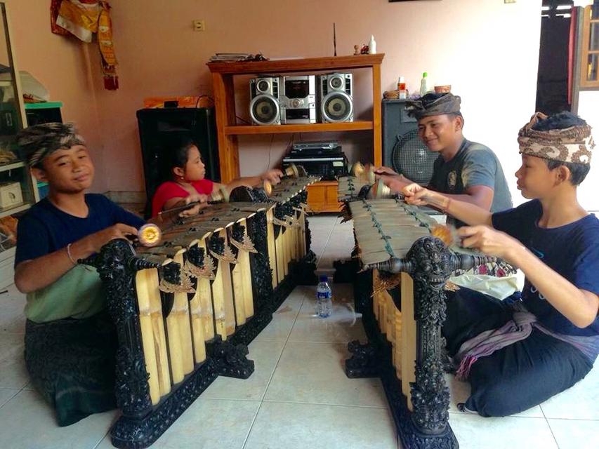 子どもたちによるグンデル・ワヤンの演奏風景(バリ島スカワティ村にて)