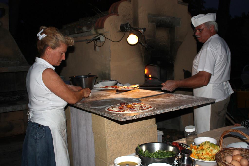 Colomba und Ricardo beim Pizzabacken