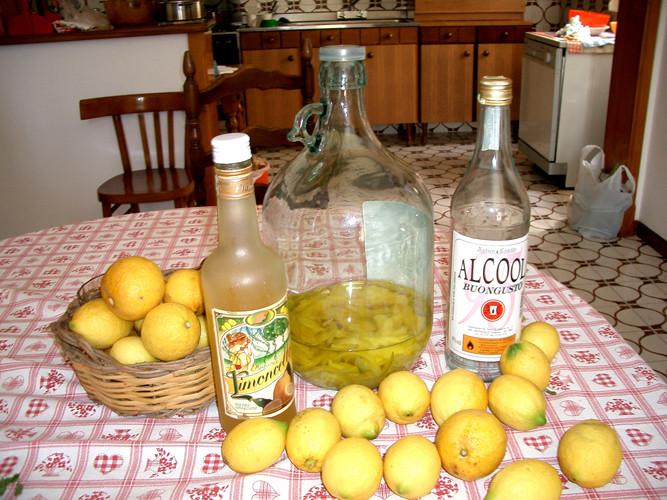 自家製レモンで自家製リモンチェッロ