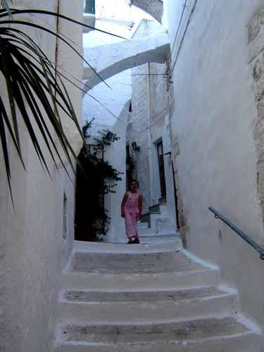オストゥーニ旧市街の真っ白な路地
