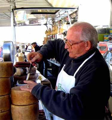 朝市・チーズ&乾物屋の名物親父