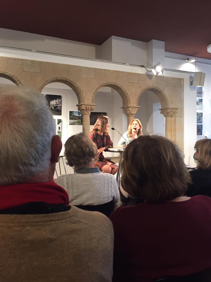 """Maike Albath, ausgewiesene Italienkennerin, stellt im Gespräch mit Viktoria von Schirach ihr neues Buch """"Trauer und Licht"""" vor, in dem es um Sizilien und seine Literatur geht."""