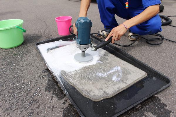 足マットの水洗い|車内の特殊クリーニング【カーフレッシュ新潟】
