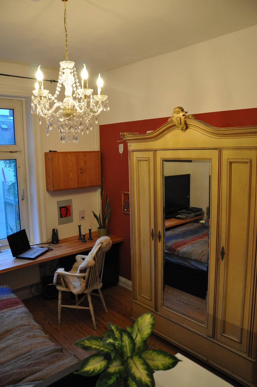 WG-ZIMMER HH | Schreibtischplatte durchgezogen streckt den Raum | arbeiten + TV + essen
