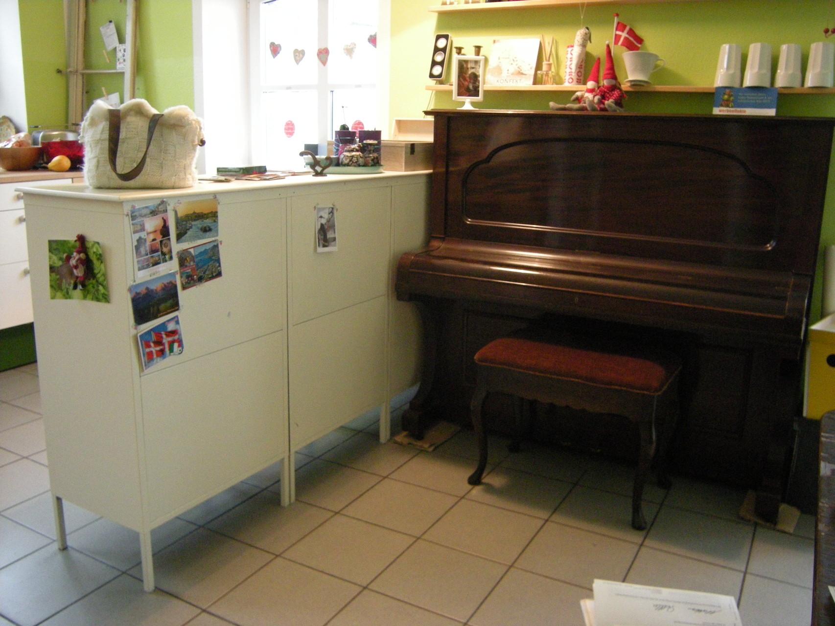 VORHER | Die Rückwand des selbstgebauten Tresens mit Ikeamöbeln sieht nicht besonders schön und einladend aus...