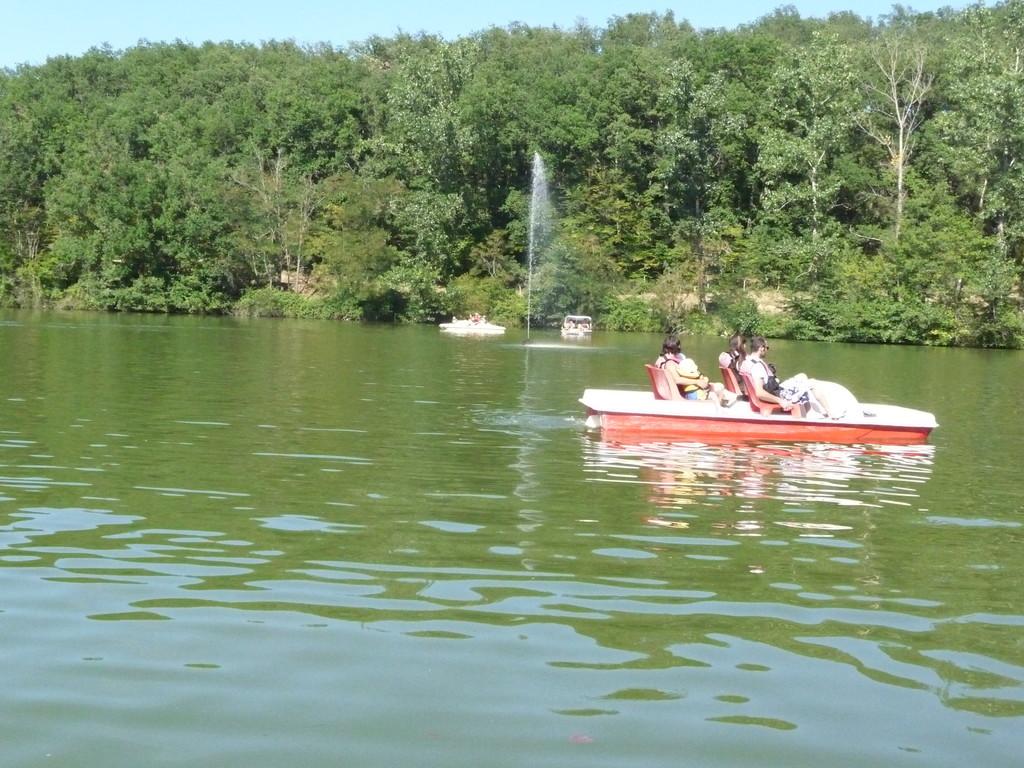 dans lesquel vous pourrez pêcher, pratiquer des jeux nautiques, la baignade est surveillée l'été
