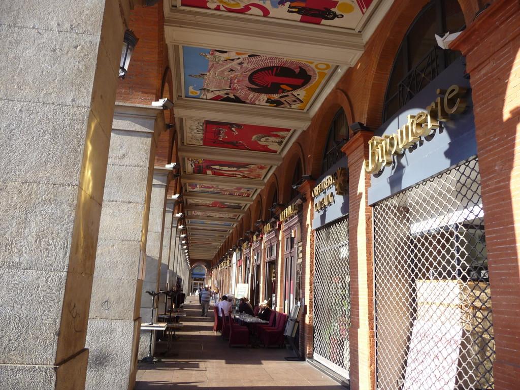 Toulouse : peintures modernes en plafond de galeries place du Capitole