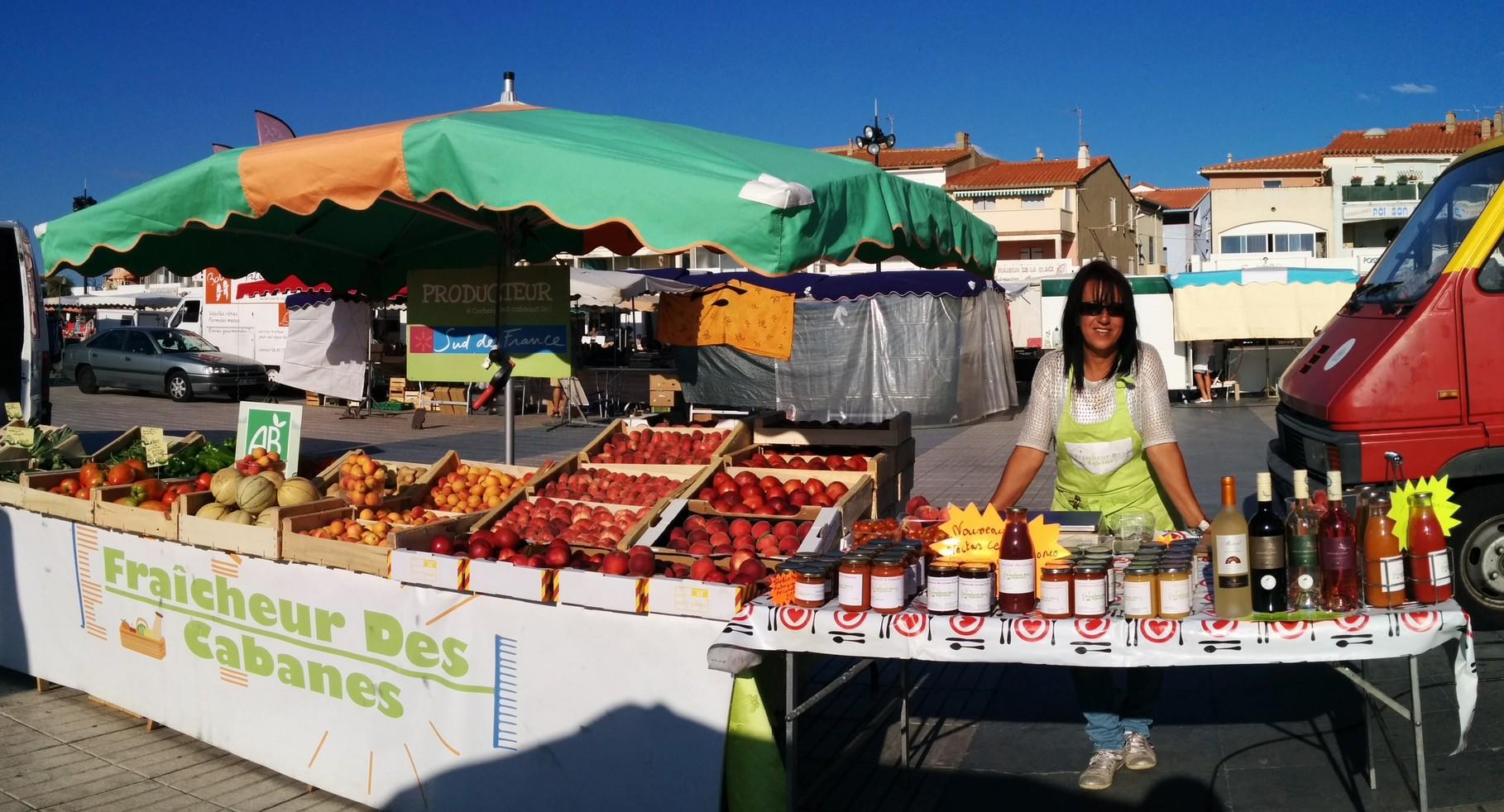Le stand du marché avec une de nos vendeuses