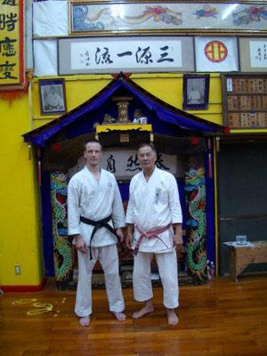 Thomas Sensei und Hokama Hanshi vor seinem Schrein