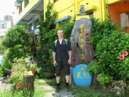 Thomas Sensei vor dem Haus und Dojo