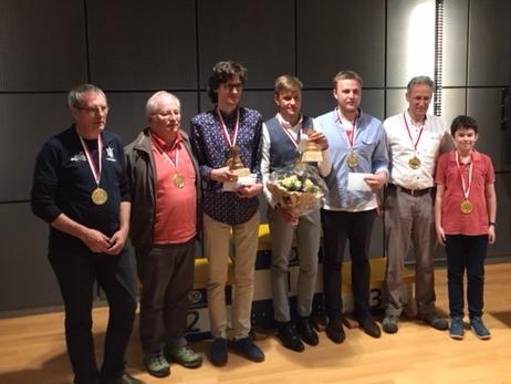 Die Sieger des Bundesturniers in Ittigen (von links): Primo Franz (ST II), Antonin Robert (ST I), IM Nikita Petrow (HT I), GM Noël Studer (Bundesmeister), Alexander Melnik (HT II), Reto Egger (HT III), Felix Frei (Jugendturnier).