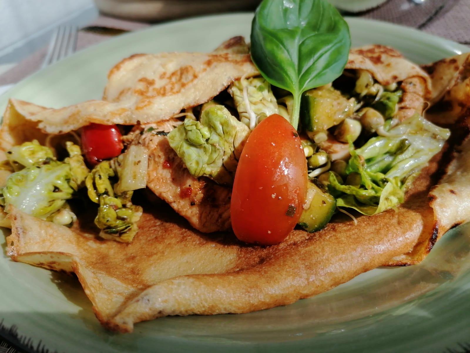 Sauerteigfladen mit Salat und marinierten, gebratenen Putenfleischstreifen