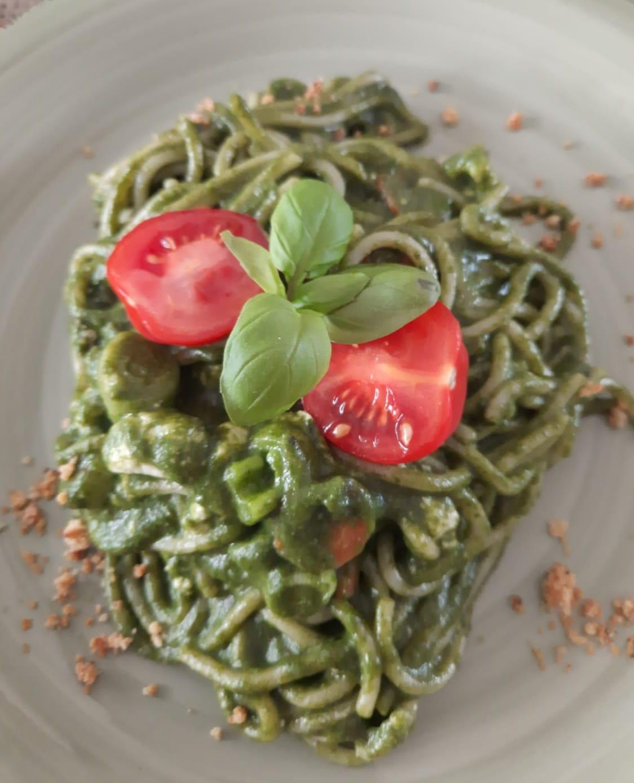 Vollkornspaghetti mit Spinat-Feta-Sauce