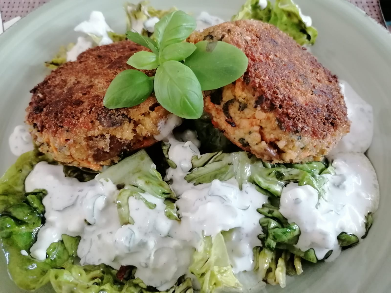 Couscous Laibchen auf Salat mit Dip