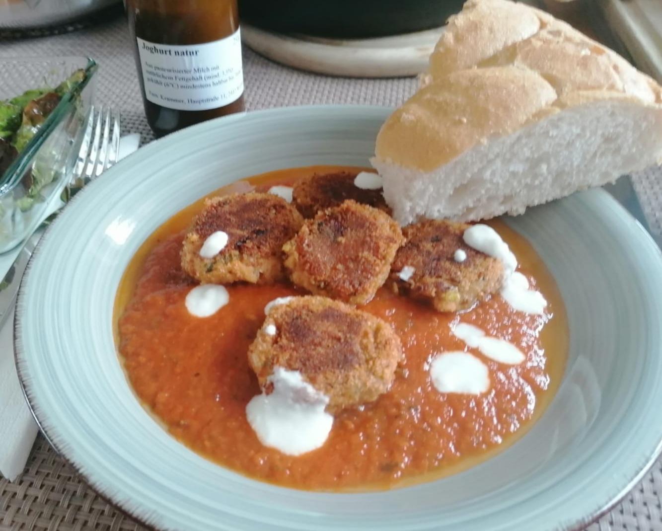 Bohnenlaibchen in Tomatensauce, türkisches Fladenbrot und Joghurt