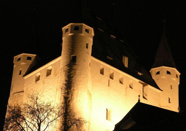Schloss Thun bei Nacht.