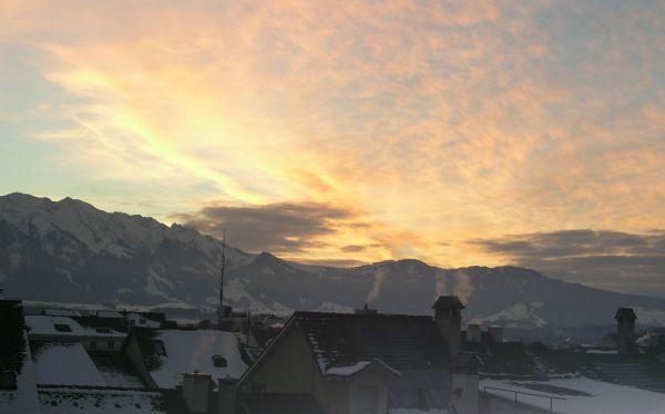 Abendstimmung über den Dächern der Stadt Thun.