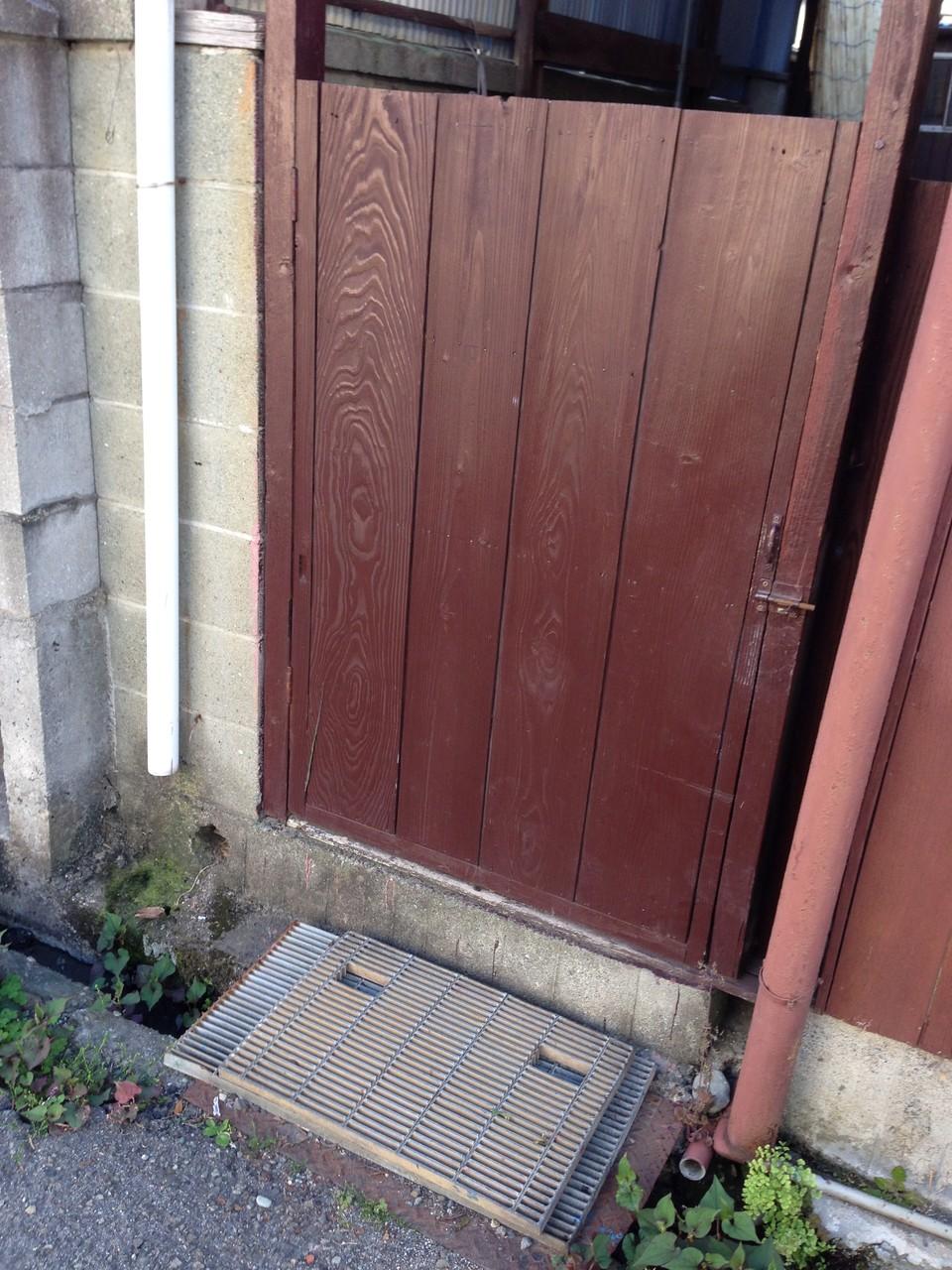 外構一体型デザインの門扉は、勝手口に通じています。