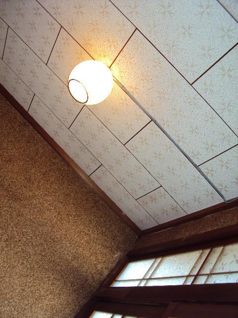 玄関ホールの天井回りです。昭和を感じますネ。