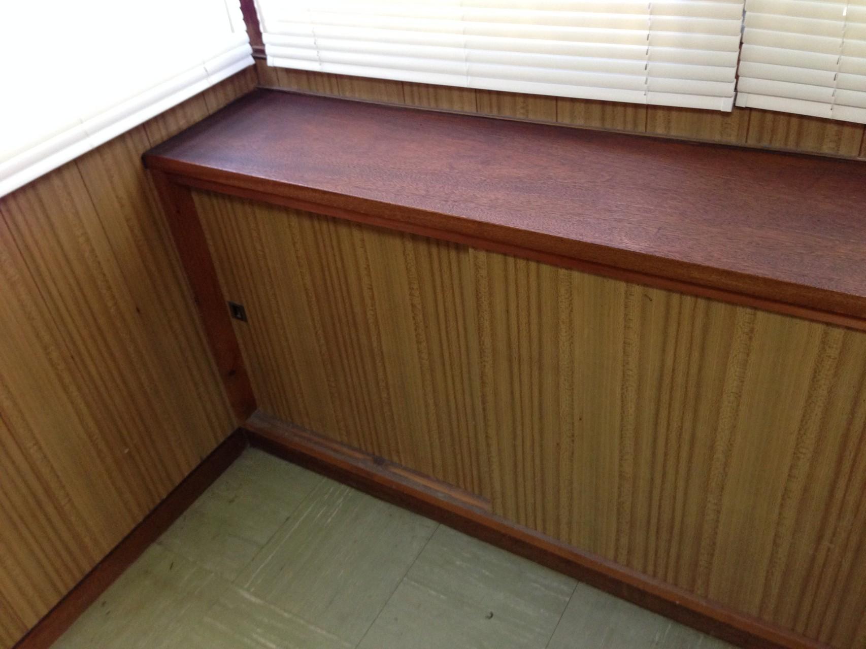 出窓スタイルの収納カウンターは、大容量の収納スペース。カウンター部には液晶テレビなんかを置いて・・・