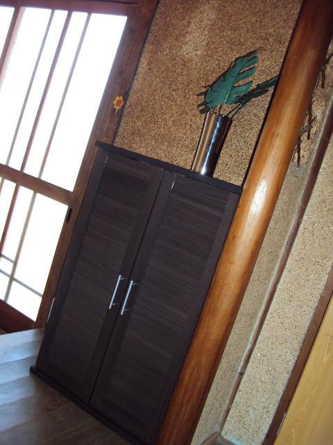 玄関収納は新品ですが、妙にマッチしています。