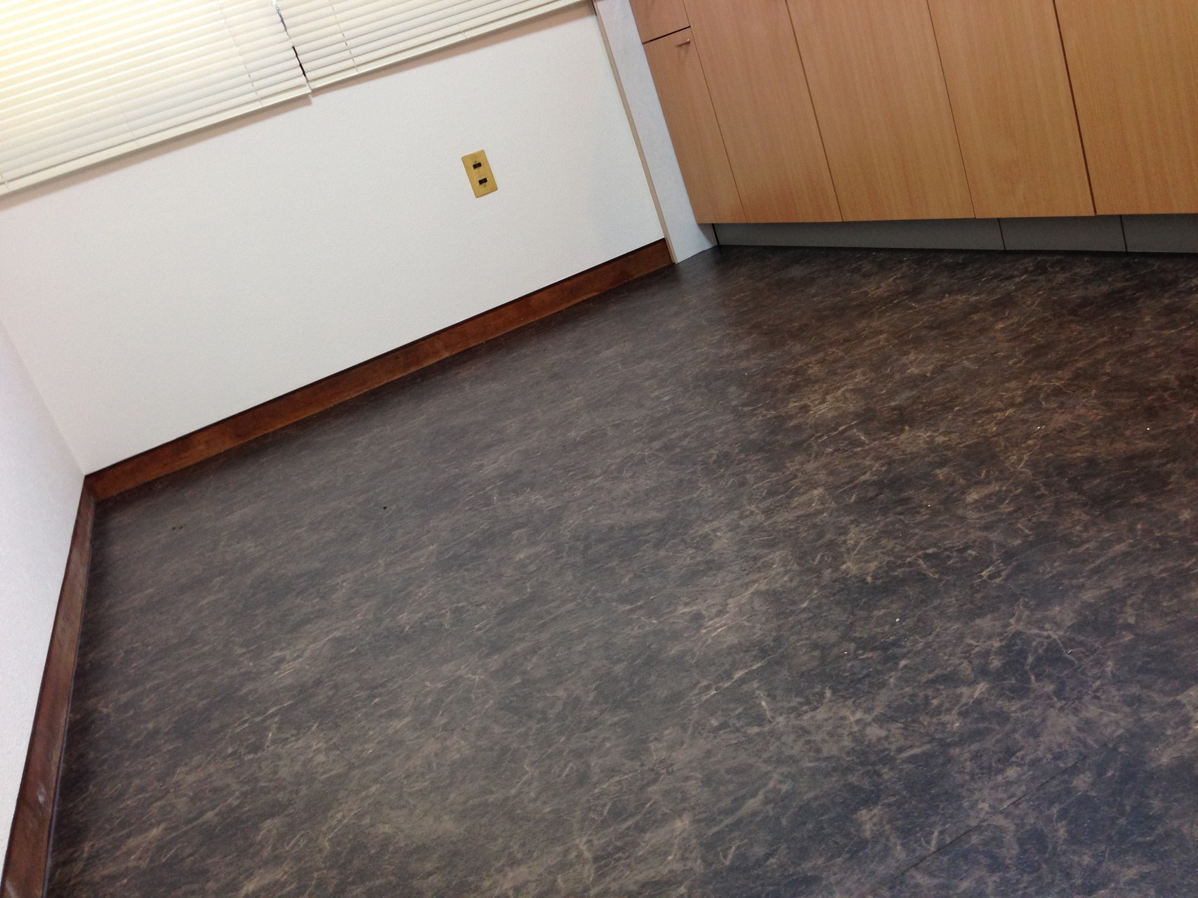 ブラウン系の大理石調の床が、ヴィンテージな内装に良く合っています。