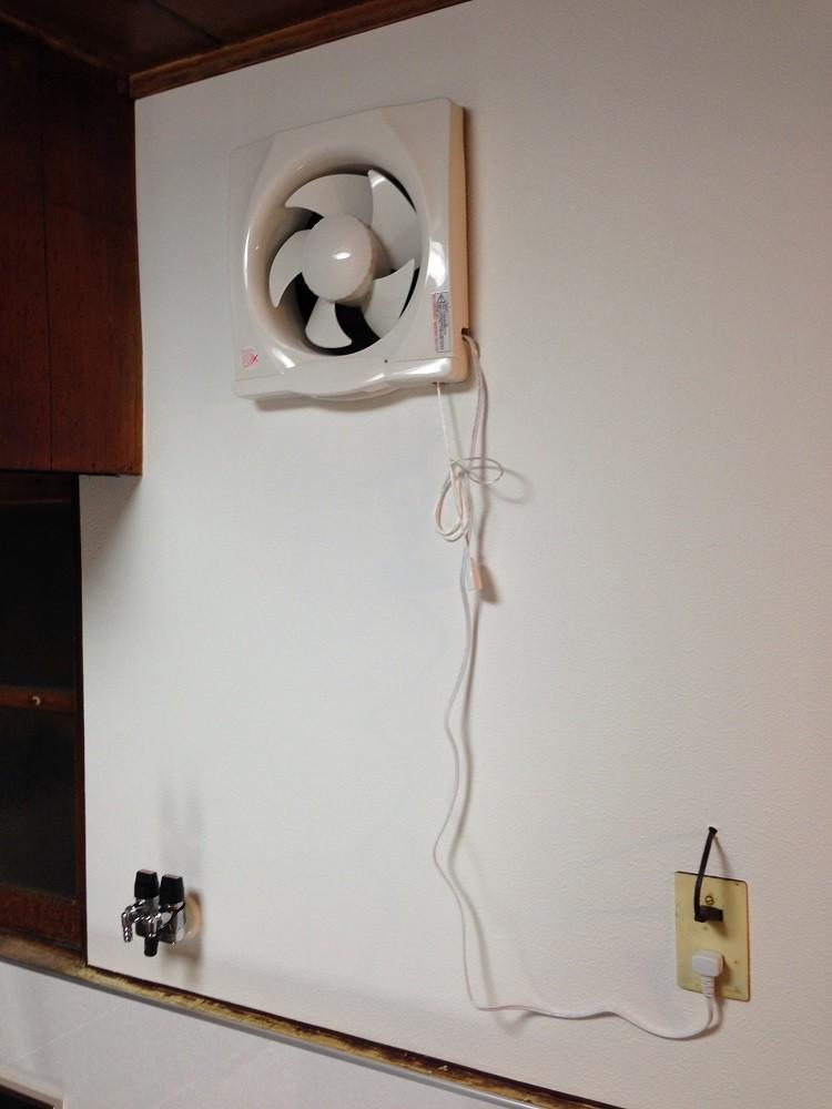 流しに換気扇を新設しました。これで油料理も心配なし!