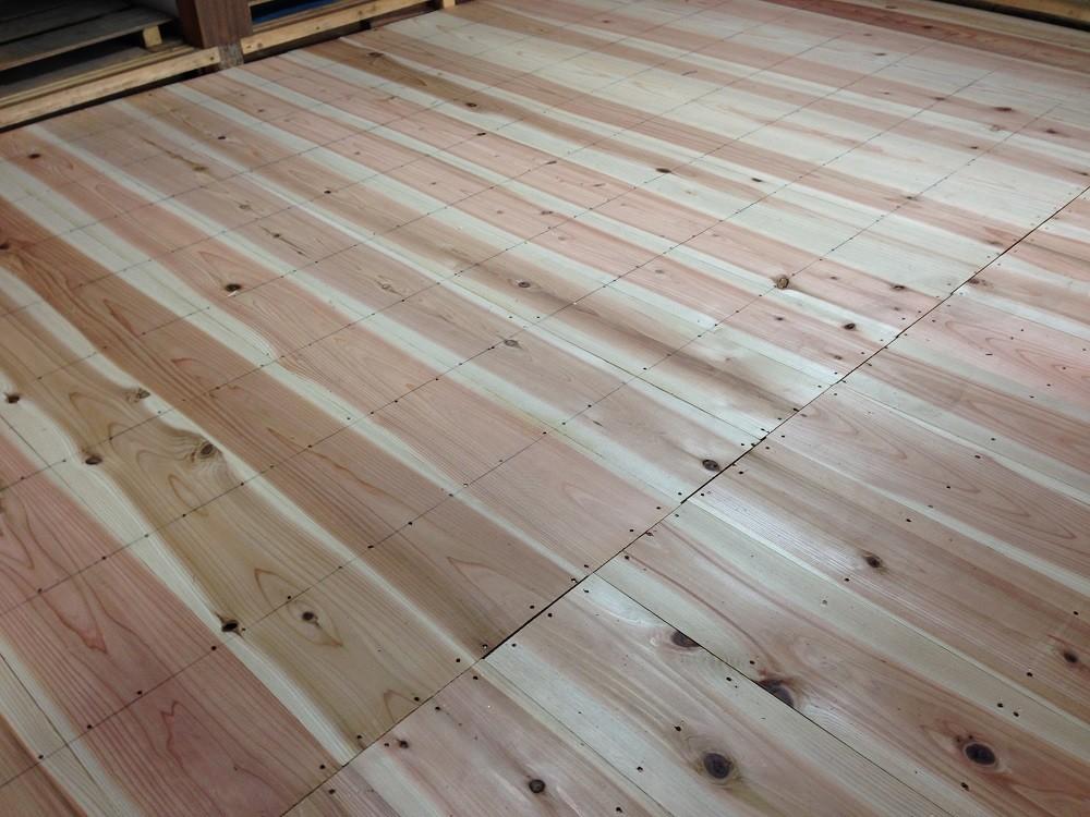 畳下地をやり替えました。針葉樹合板を使うお家が多いと思いますが、大工さんのご厚意で 健康を考え杉の無垢座板を使いました。やっぱ良いですネ!