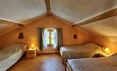 La chambre Abricot, située au RdC est accessible en fauteuil et comporte 3 lits simples