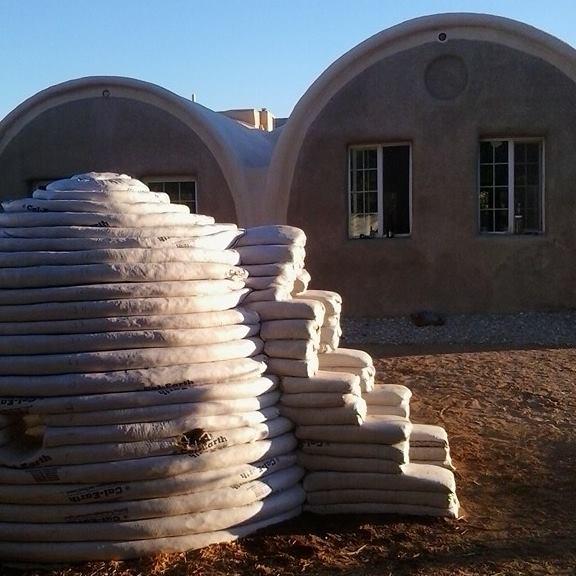 Dome en Superadobe sur le terrain de Cal-Earth