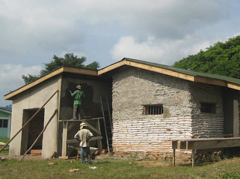 Maison au Ghana - source Earthbagbuilding.com